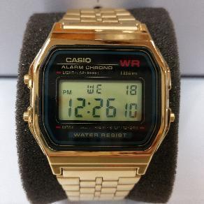 0cb0af75c7ab Reloj Casio digital pulsera dorada y esfera en fondo azul estilo vintage